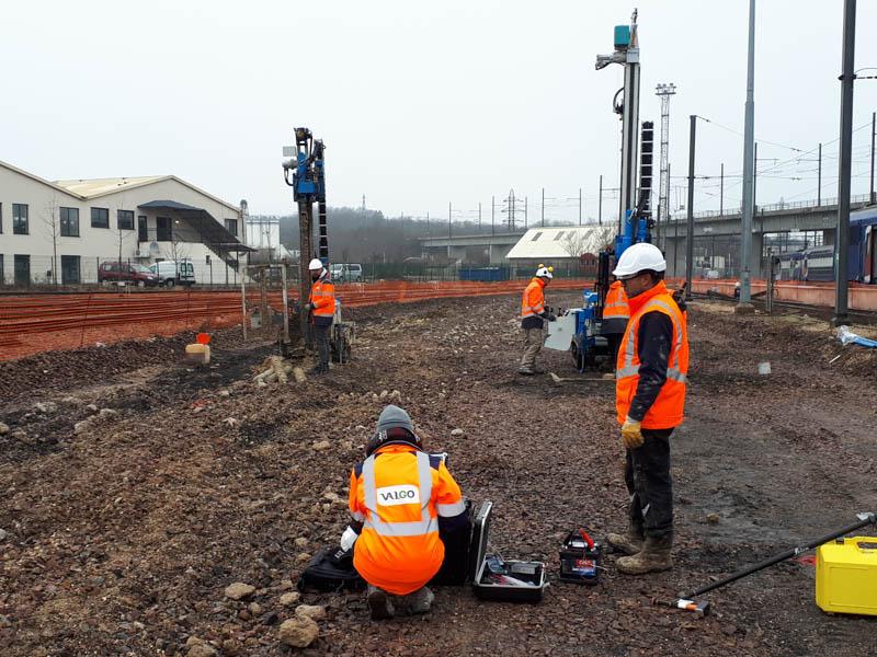 Agents Valgo en cours sur un chantier de diagnostic pyrothechnique à Corbeil Essonne à proximité de voies ferrées