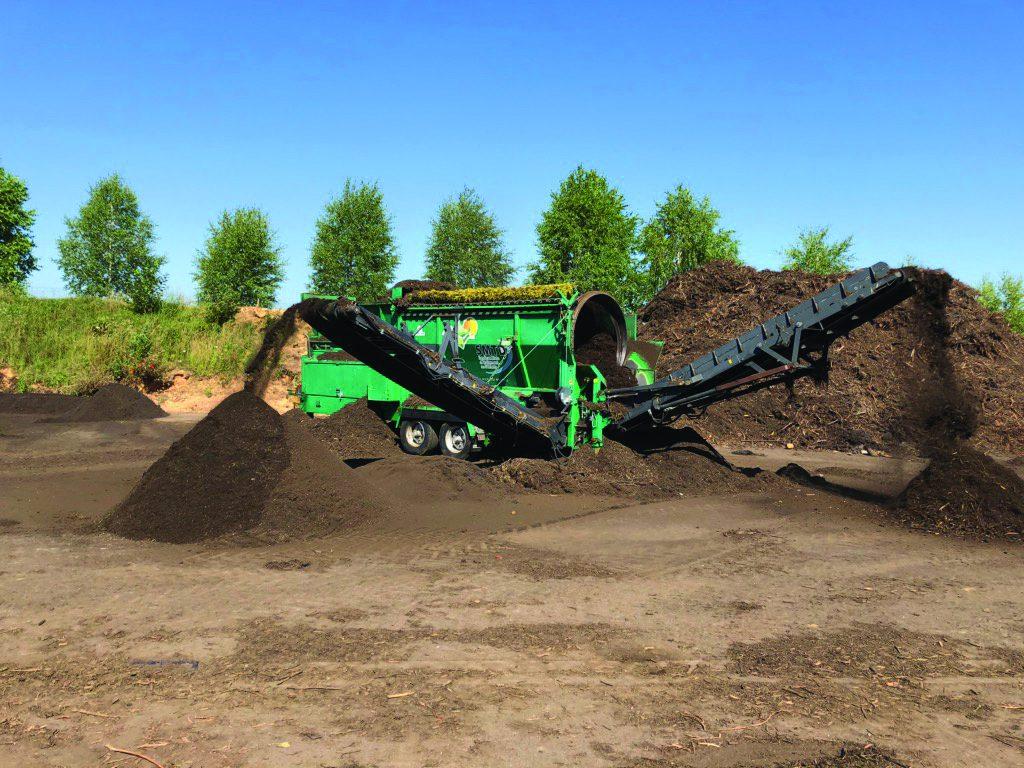 Machine en cours de tri des terres pour compostage
