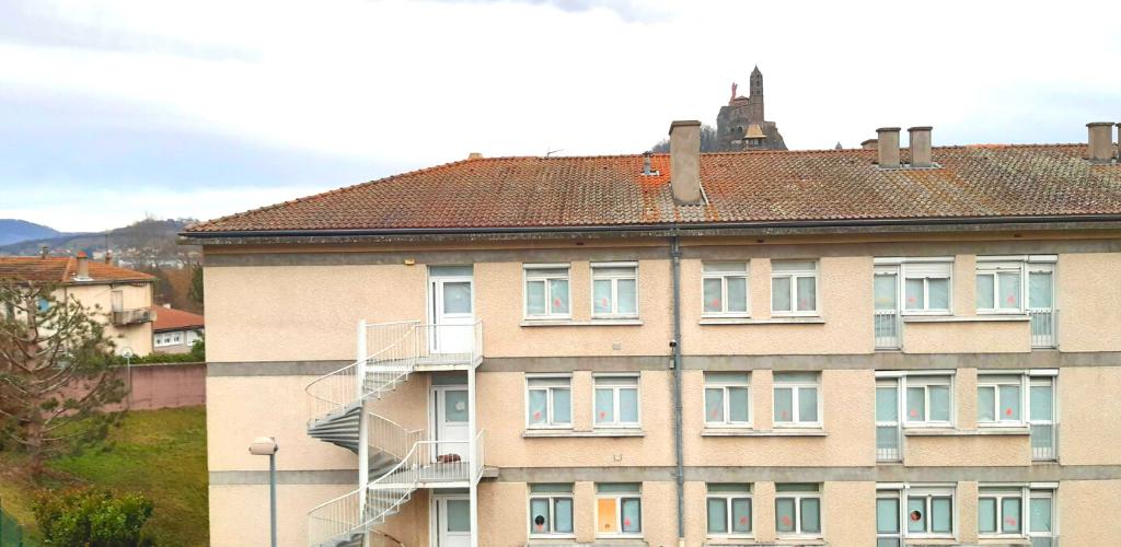 Au Puy-en-Velay, les experts VALGO réalisent le désamiantage de ce bâtiment